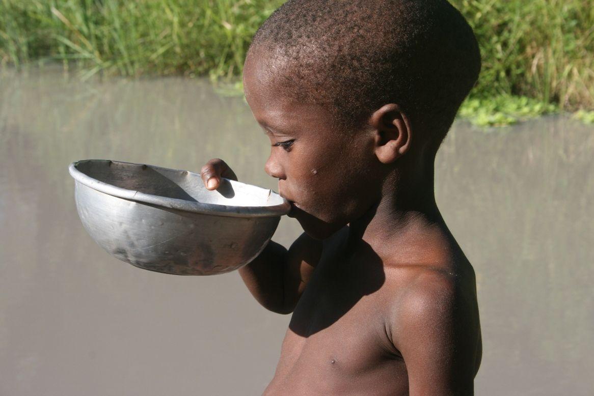boy-drinking-dirty-water